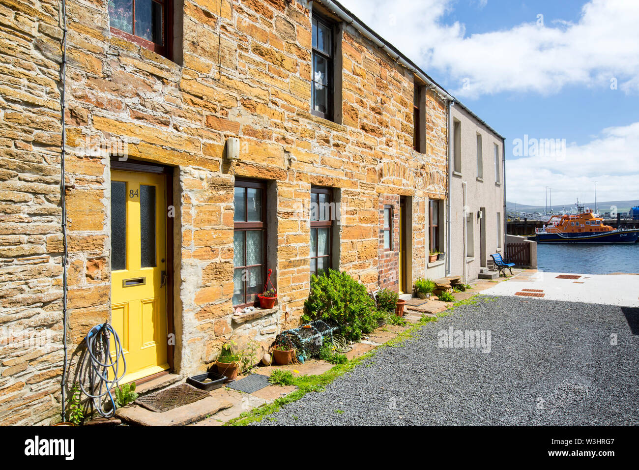 Terraced housing overlooking the harbour, Stromness, Orkney, Scotland, UK. - Stock Image
