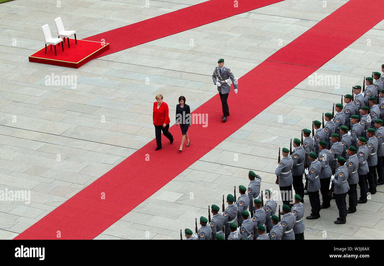 Berlin, Germany. 16th July, 2019. Federal Chancellor Angela Merkel (CDU, l) receives Maia Sandu, Moldovan Prime Minister, with military honours in the Federal Chancellery. Credit: Wolfgang Kumm/dpa/Alamy Live News - Stock Image