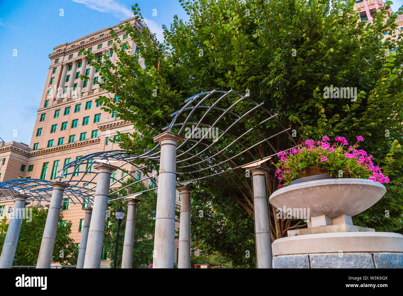 Buncombe County Courthouse and Pack Square Park, Asheville, North Carolina, USA. - Stock Image