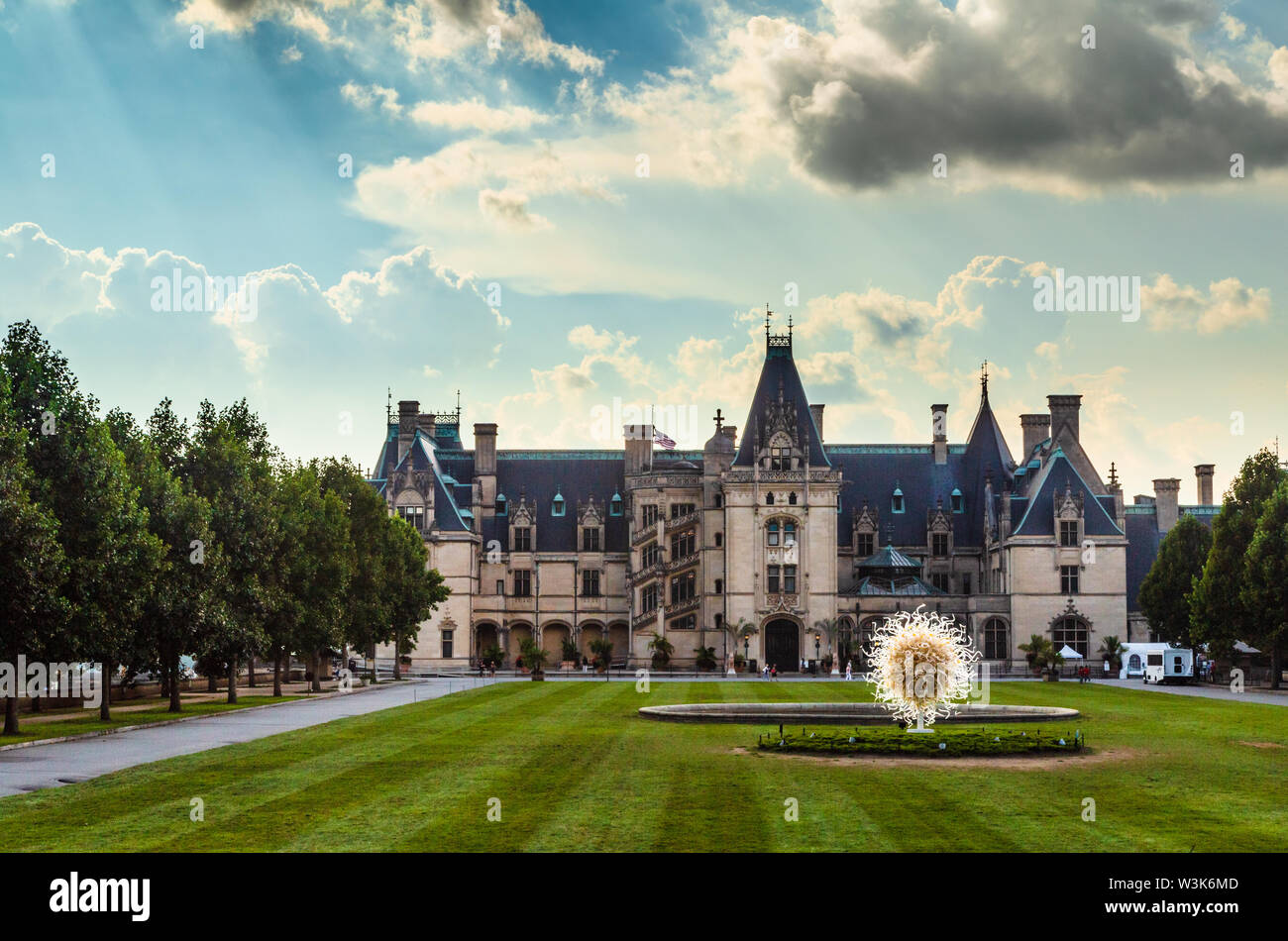 Biltmore House on the Biltmore Estate, Asheville, North Carolina, USA. On the foreground lawn is a work by glass artist Dale Chihuly. - Stock Image