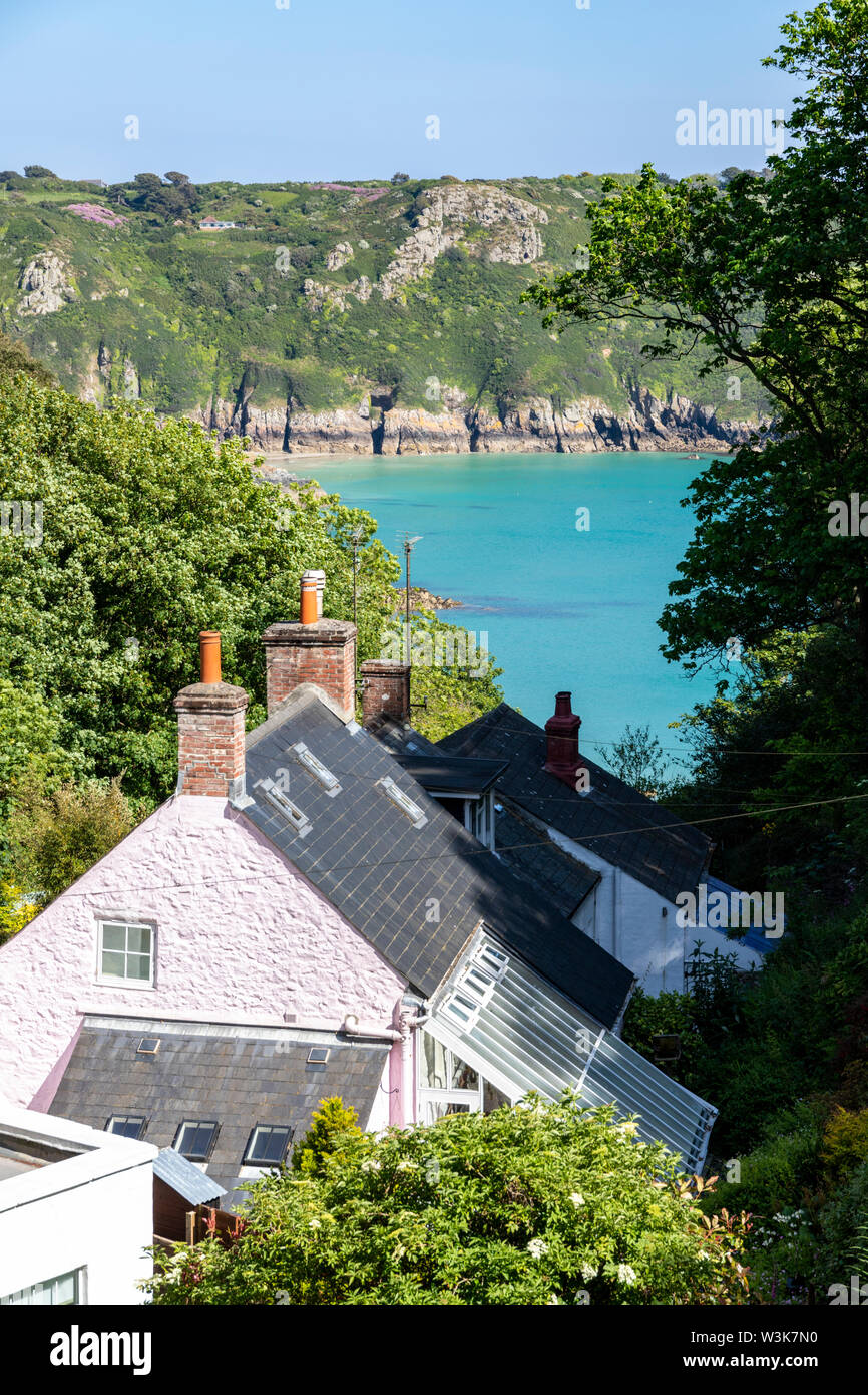 The beautiful rugged south coast of Guernsey - Cottages in the lane leading down to Moulin Huet Bay, Guernsey, Channel Islands UK - Stock Image