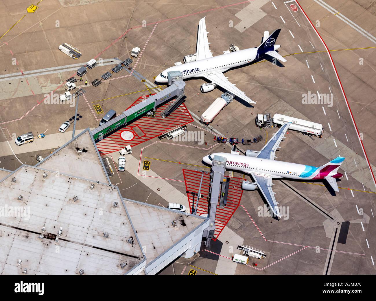 """Luftbild vom Flughafen Köln/Bonn """"Konrad Adenauer"""" mit Abfertigungsfingern, Flugsteigen mit Reisejets, Verkehrsflugzeugen ,internationaler Verkehrsflu - Stock Image"""
