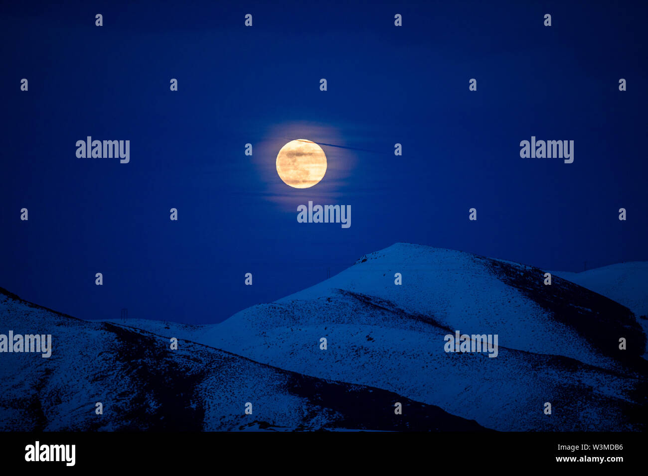 Full moon over mountains at night in Bellevue, Idaho, USA - Stock Image