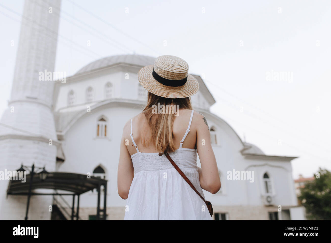 Young woman in straw hat by building in Marmaris, Turkey - Stock Image
