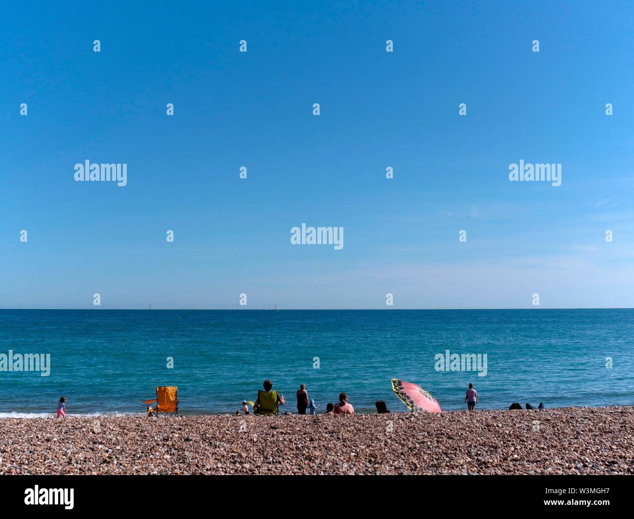 AJAXNETPHOTO. JUNE, 2019. WORTHING, ENGLAND. - BLUE SKY BLUE SEA DAY - AT THE SEASIDE, LOOKING SOUTH OVER THE ENGLISH CHANNEL.PHOTO:JONATHAN EASTLAND/AJAX REF:GXR191607_7897 Stock Photo