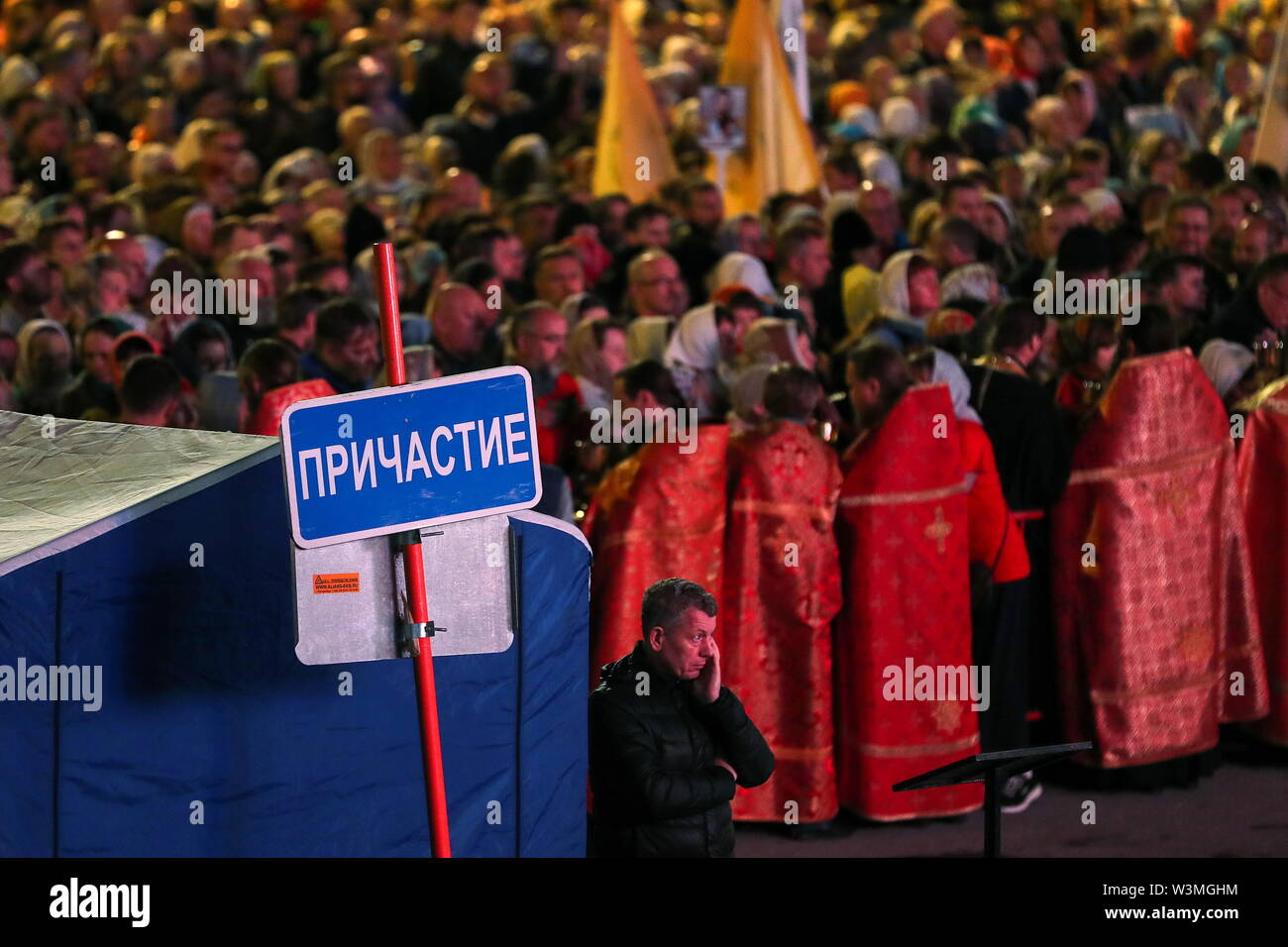 Yekaterinburg, Russia. 17th July, 2019. YEKATERINBURG, RUSSIA - JULY 17, 2019: Believers by the Church of All Saints in Yekaterinburg ahead of a religious procession in memory of the Russian royal family. The church is built on the site of the Ipatiev House where Emperor Nicholas II of Russia, his wife Alexandra Feodorovna, their five children Olga, Tatiana, Maria, Anastasia, and Alexei, along with physician Yevgeny Botkin and three servants were executed on July 17, 1918. Donat Sorokin/TASS Credit: ITAR-TASS News Agency/Alamy Live News - Stock Image
