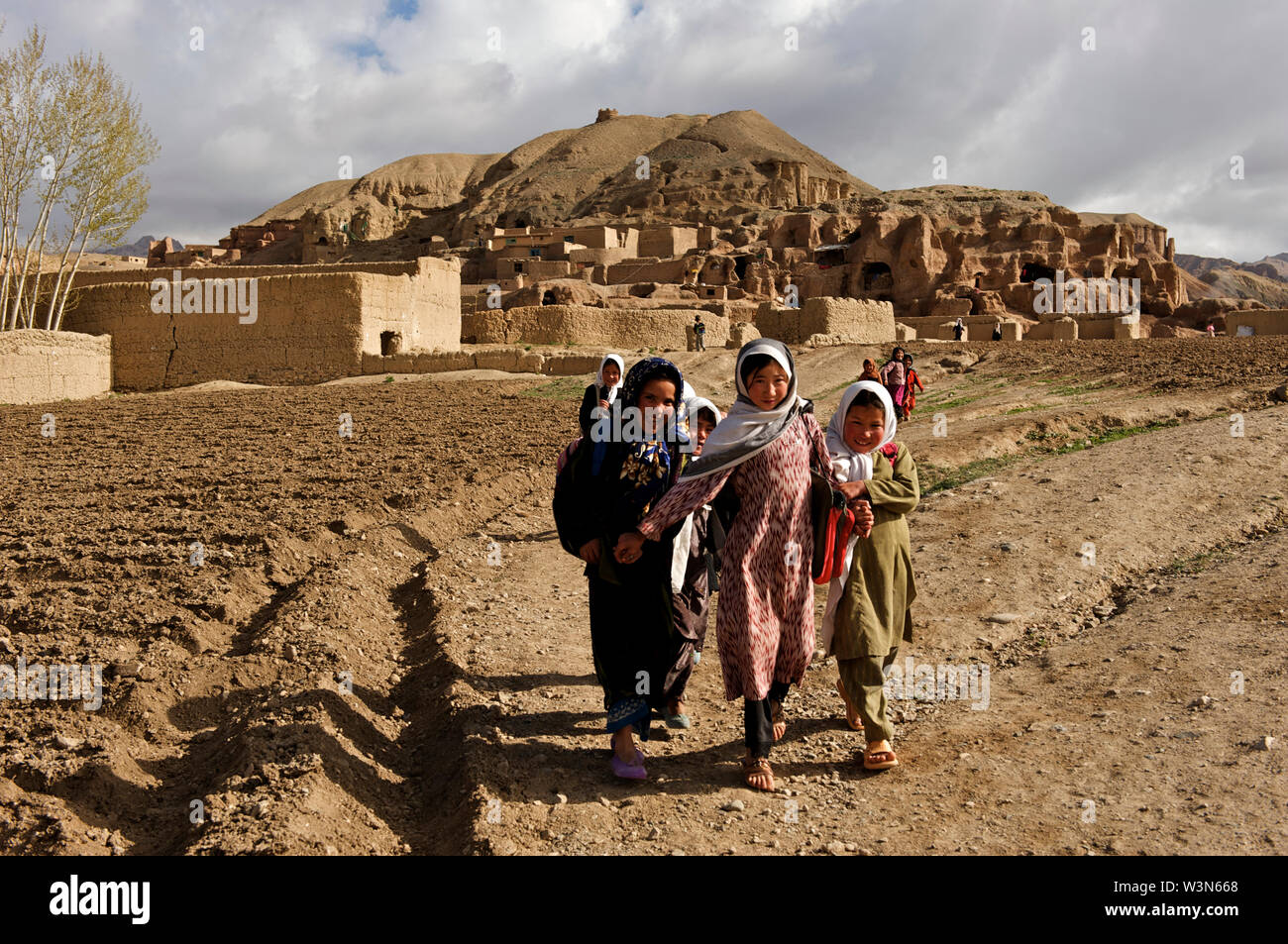 A group of children on their way to school from their village on the hills of Bamyan, in Bamyan province, Afghanistan. May 11, 2009. - Stock Image