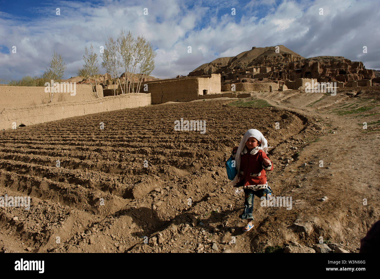 A child on her way to school from her village on the hills of Bamyan, in Bamyan province, Afghanistan. May 11, 2009. - Stock Image