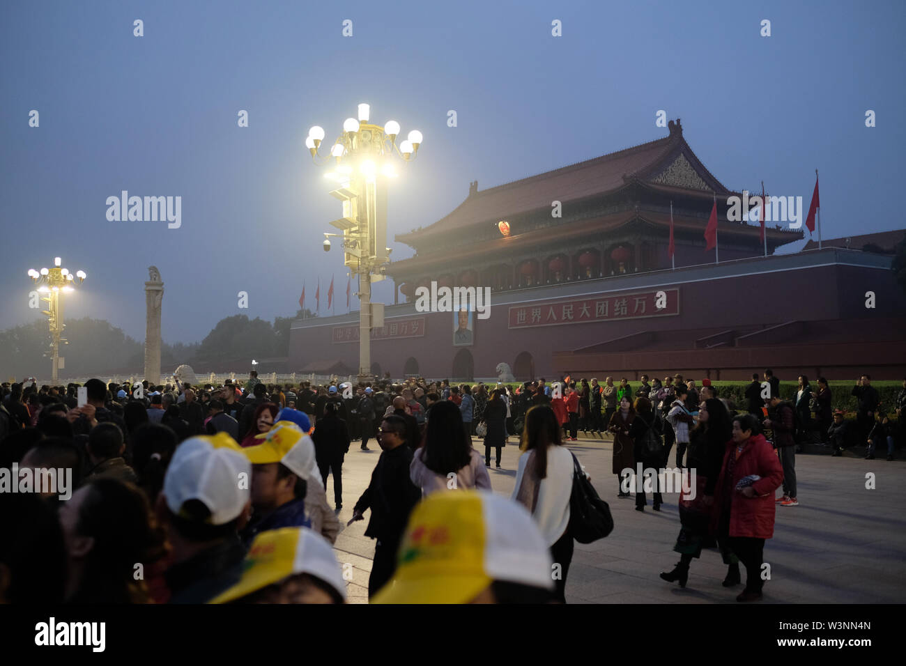 lots of people with cameras and cellphone outside of the forbidden city in beijing at dawn - Stock Image
