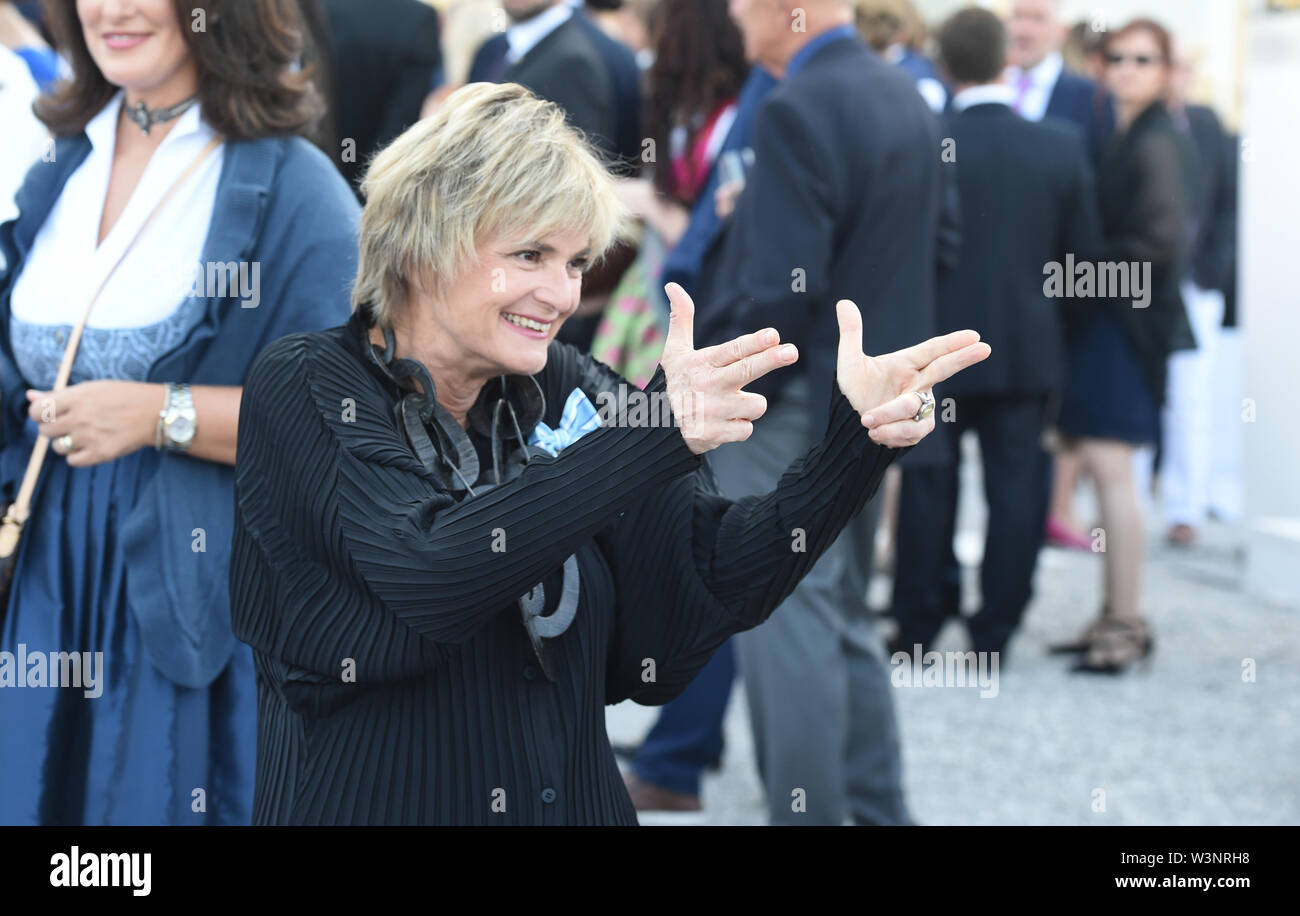 16 July 2019, Bavaria, Oberschleißheim: Gloria Fürstin von Thurn und Taxis laughs at the summer reception of the Bavarian Parliament on a terrace of Schleißheim Castle. About 3000 guests from all social classes are invited. Photo: Felix Hörhager/dpa - Stock Image