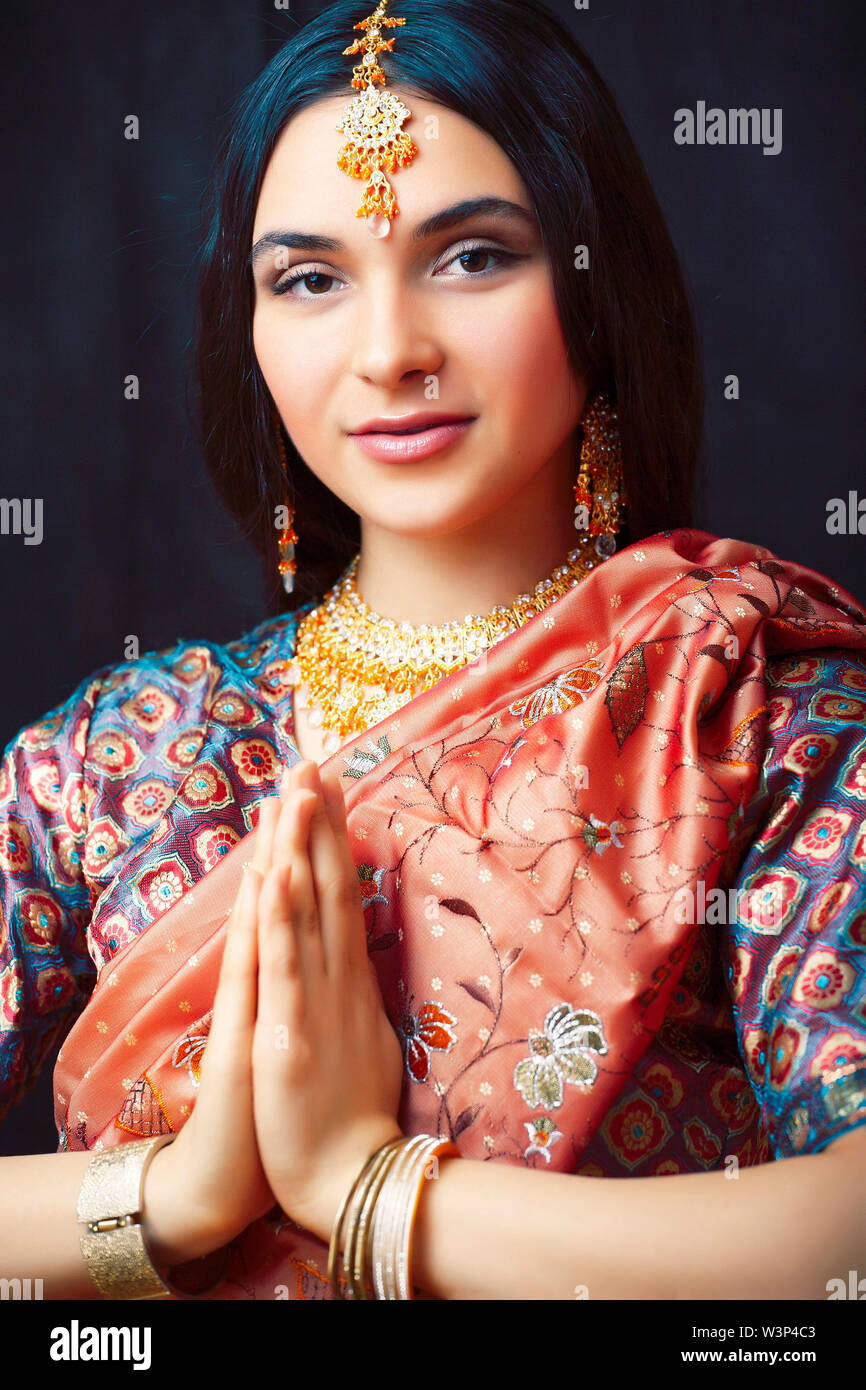 beauty sweet real indian girl in sari smiling cheerful, jewelry shining, lifestyle people concept - Stock Image