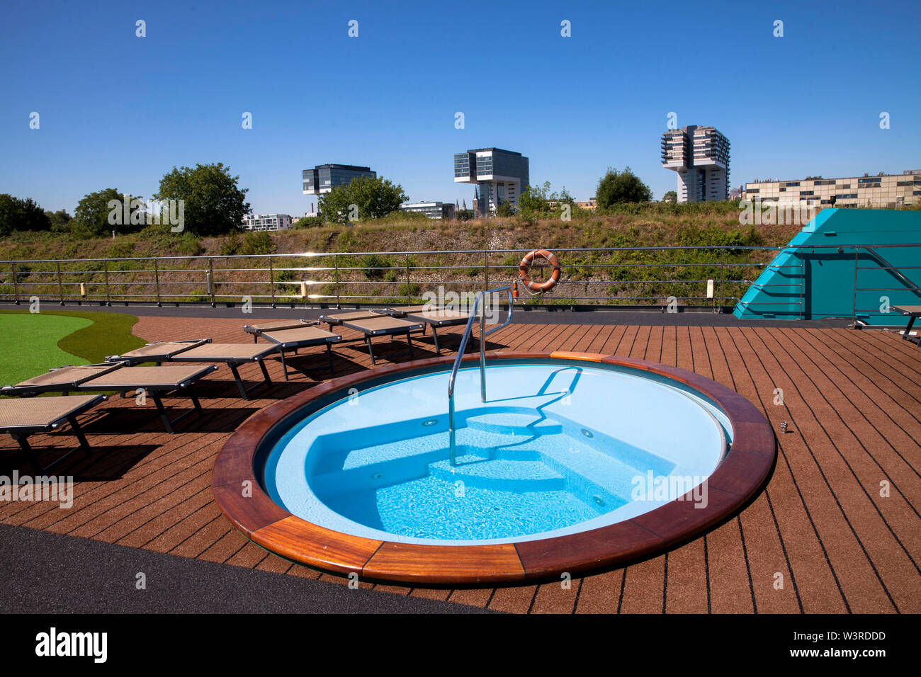 whirlpool of a cruise ship, view to the Crane Houses at the Rheinau harbor, Cologne, Germany.  Whirlpool eines Kreuzfahrtschiffes, Blick zu den Kranha - Stock Image