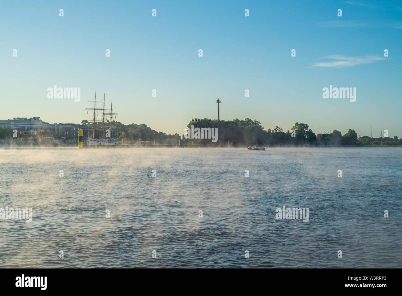 In the early morning, a light fog settles on the river Weser in Bremen - Stock Image