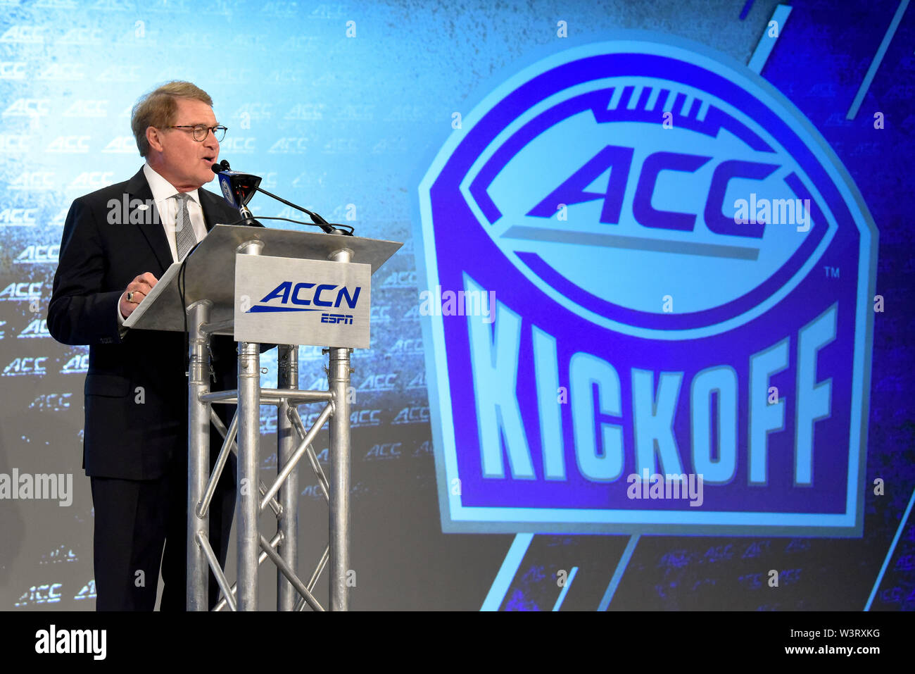 Charlotte, North Carolina, USA. 17th July, 2019. ACC Commissioner John Swofford, speaking during the Commissioners forum at the ACC Football Kickoff on July 17, 2019 at the Westin Hotels & Resorts in Charlotte, N.C. Credit: Ed Clemente/ZUMA Wire/Alamy Live News - Stock Image