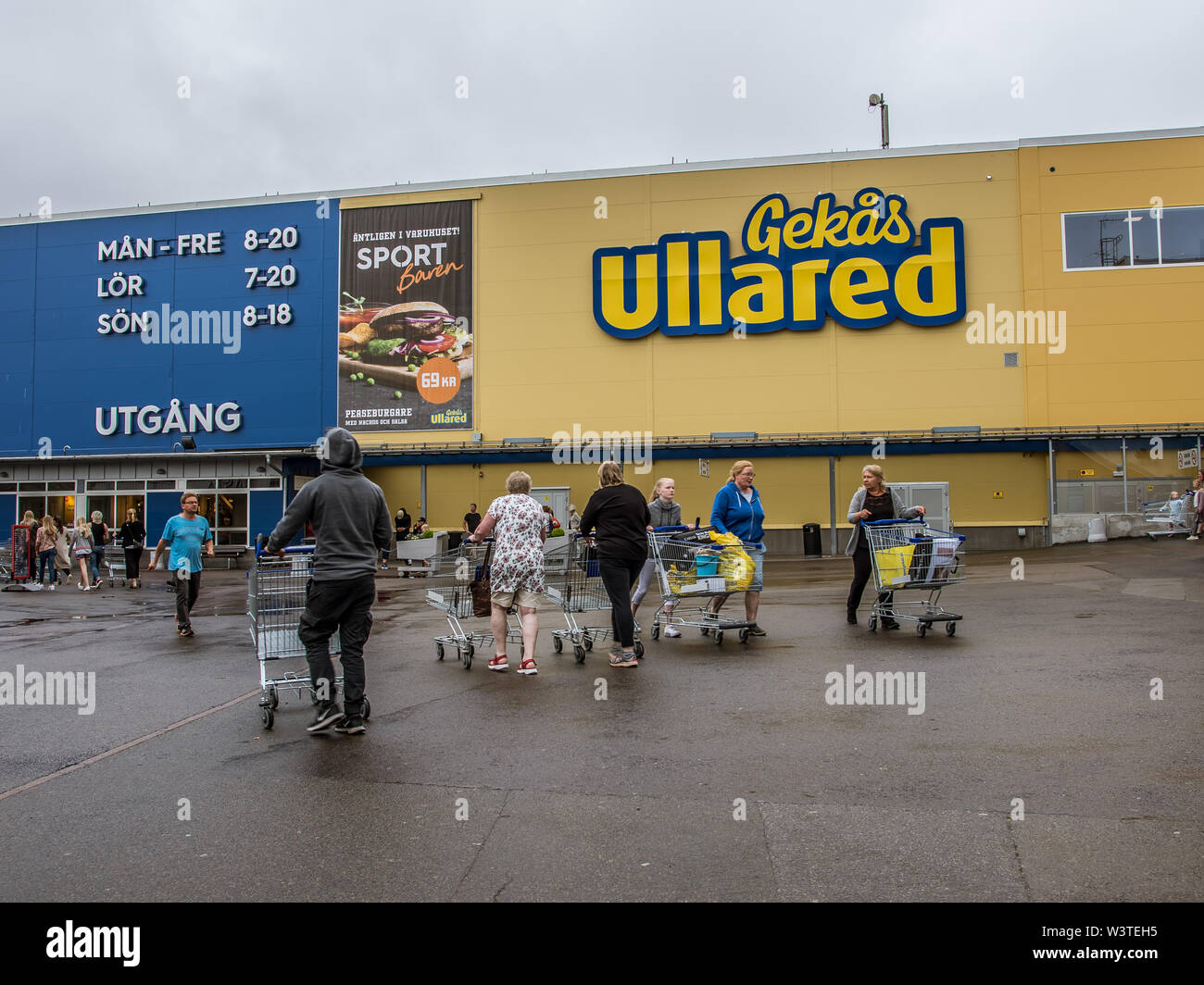 People with shopping carts walking to the entrance of the GeKås, Ullared, Sweden, June 16, 2019 Stock Photo