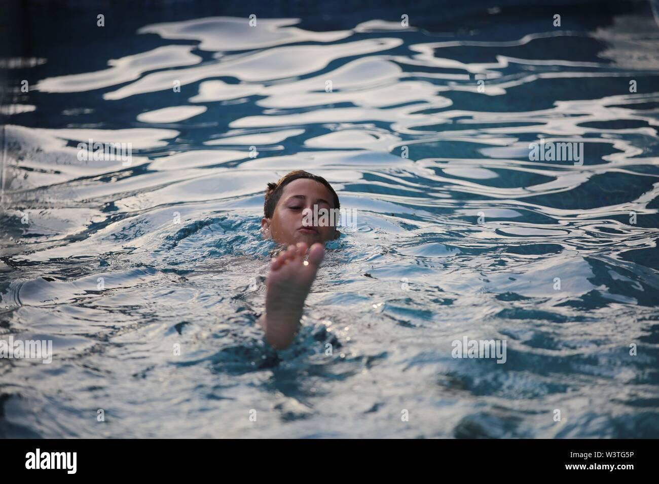 July 17, 2019 - Gaza City, The Gaza Strip, Palestine - Palestinian children play at a swimming pool on a hot day in the Gaza Strip. (Credit Image: © Hassan Jedi/Quds Net News via ZUMA Wire) - Stock Image