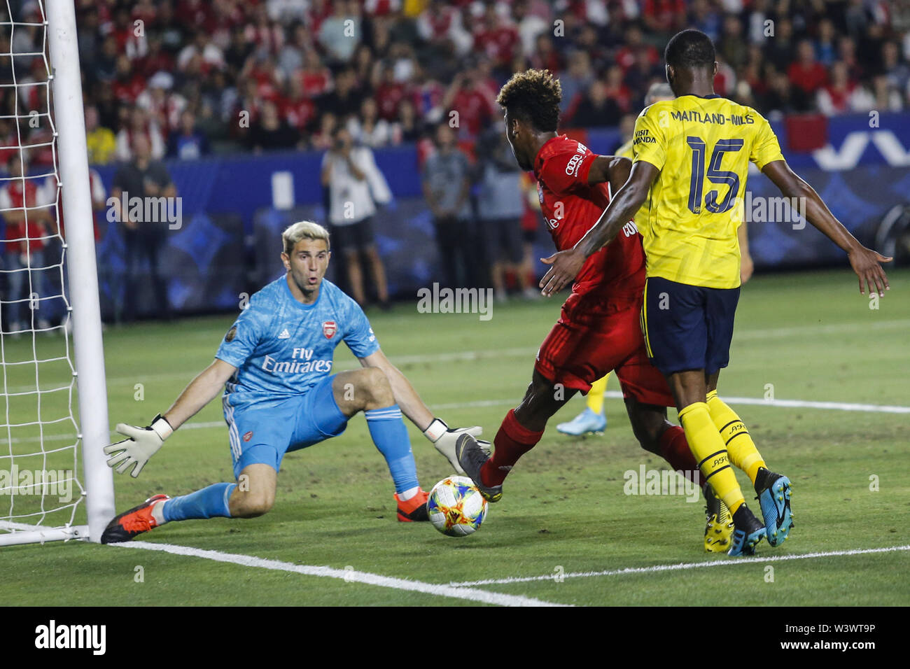 Los Angeles, California, USA. 17th July, 2019. Bayern Munich midfielder Kingsley Coman (29) drives the ball past Arsenal midfielder Ainsley Maitland-Niles (15) and shoots against Arsenal goalkeeper Emiliano Martinez (26) during the 2019 International Champions Cup (ICC) match between Arsenal and Bayern Munich in Carson, California, July 17, 2019. Arsenal won 2-1. Credit: Ringo Chiu/ZUMA Wire/Alamy Live News - Stock Image