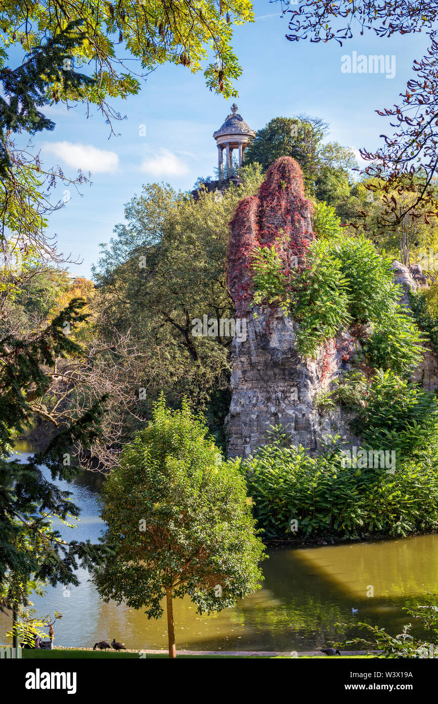 View of rock in Paris park Buttes Chaumont on sunny day. - Stock Image