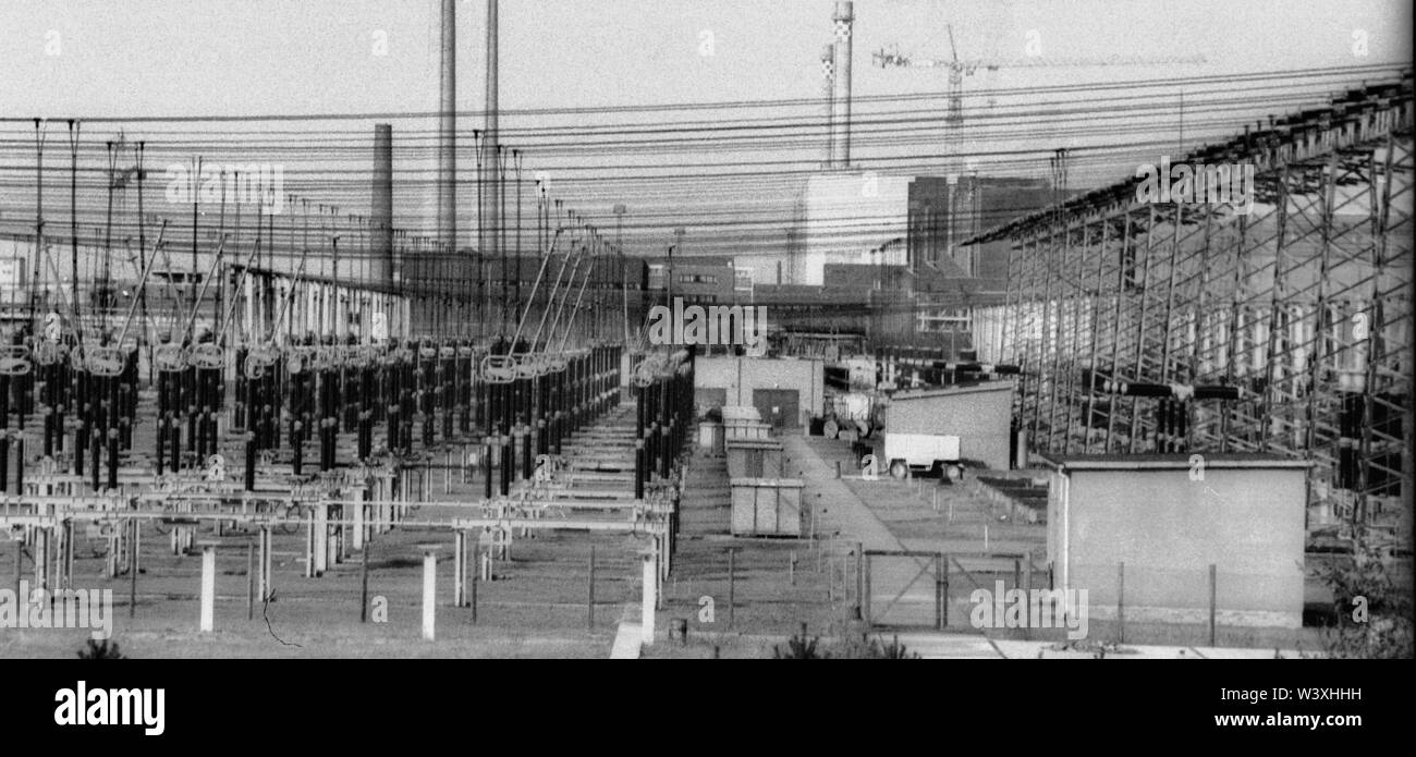 FILED - 01 January 1990, Berlin, Lubmin: Mecklenburg-Western Pomerania/GDR/1990 Lubmin nuclear power plant near Greifswald (background). Power distribution system. The technology of the NPP was Soviet. A total of 5 blocks were planned, 4 were in operation, each with a capacity of 400 MW. All decommissioned in 1990 // Atom/Energy/Reactor/Atom/Nuclear power/Federal states Photo: Paul Glaser/dpa-Zentralbild/ZB - Stock Image