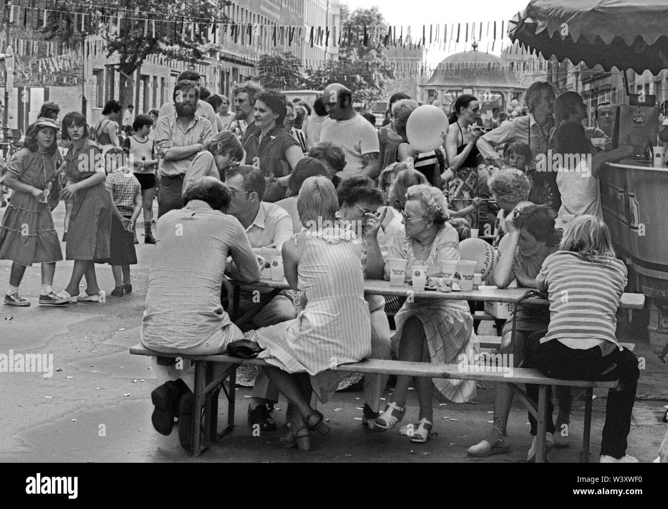 FILED - 18 July 2019, Germany (German), Berlin: Berlin-Bezirke/Kreuzberg/5.6.1982 Festival in the Cuvrystrasse, among others organized by the squatters in the street. Resident main organizer was the Tabor Church Parish with Reverend Roth. Occasion: the kindergarten of the community is 100 years old. Tabor Church is in Wrangelstrasse, just around the corner. Pastor Roth was damasl VErmittler between the squatters and the Senate // Dance/Housing/Squatting/Districts Berlin/Kreuzberg/5.6.1982 Fest in der Cuvrystrasse, among others organized by the squatters in the street and by the P - Stock Image