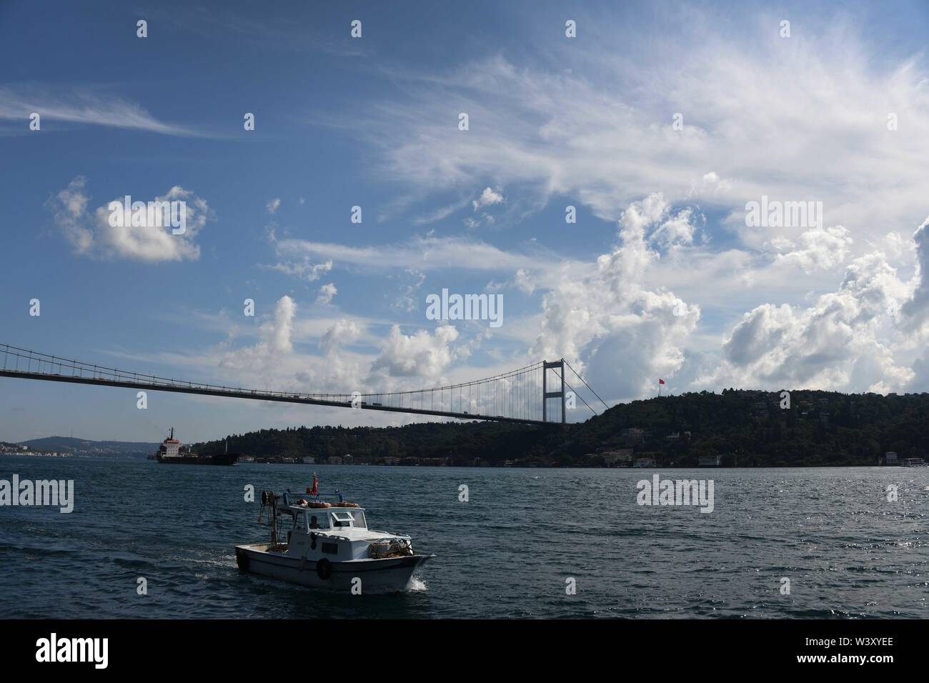 Istanbul. 18th July, 2019. Photo taken on July 18, 2019 shows a scenery of the Bosphorus strait in Istanbul, Turkey. Turkey's biggest city Istanbul allured a record number of tourists during the first five months of this year, thanks to an environment of peace, affordable prices and diversified tourism products. Between January and May, 5.4 million foreigners visited Istanbul, marking a year-on-year increase of 11 percent, according to the data unveiled by the Istanbul Provincial Directorate of Culture and Tourism. Credit: Xu Suhui/Xinhua/Alamy Live News - Stock Image