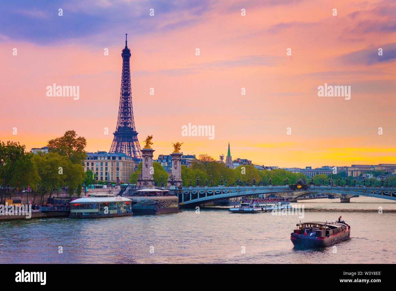 France, Paris, Eiffel Tower and River Seine at dusk - Stock Image