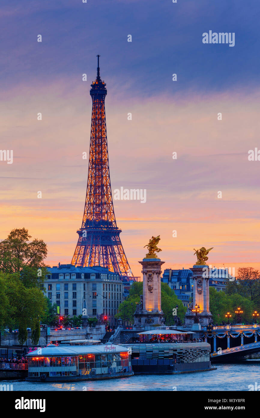 France, Paris, Eiffel Tower illuminated at night and river Seine - Stock Image