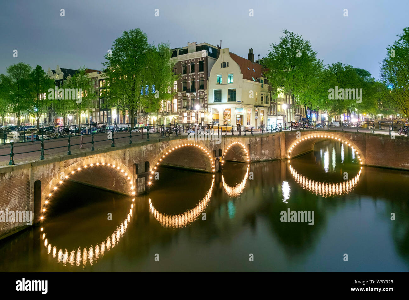 Intersection of Keizersgracht and Leliegracht at night, Amsterdam, North Holland, Netherlands - Stock Image