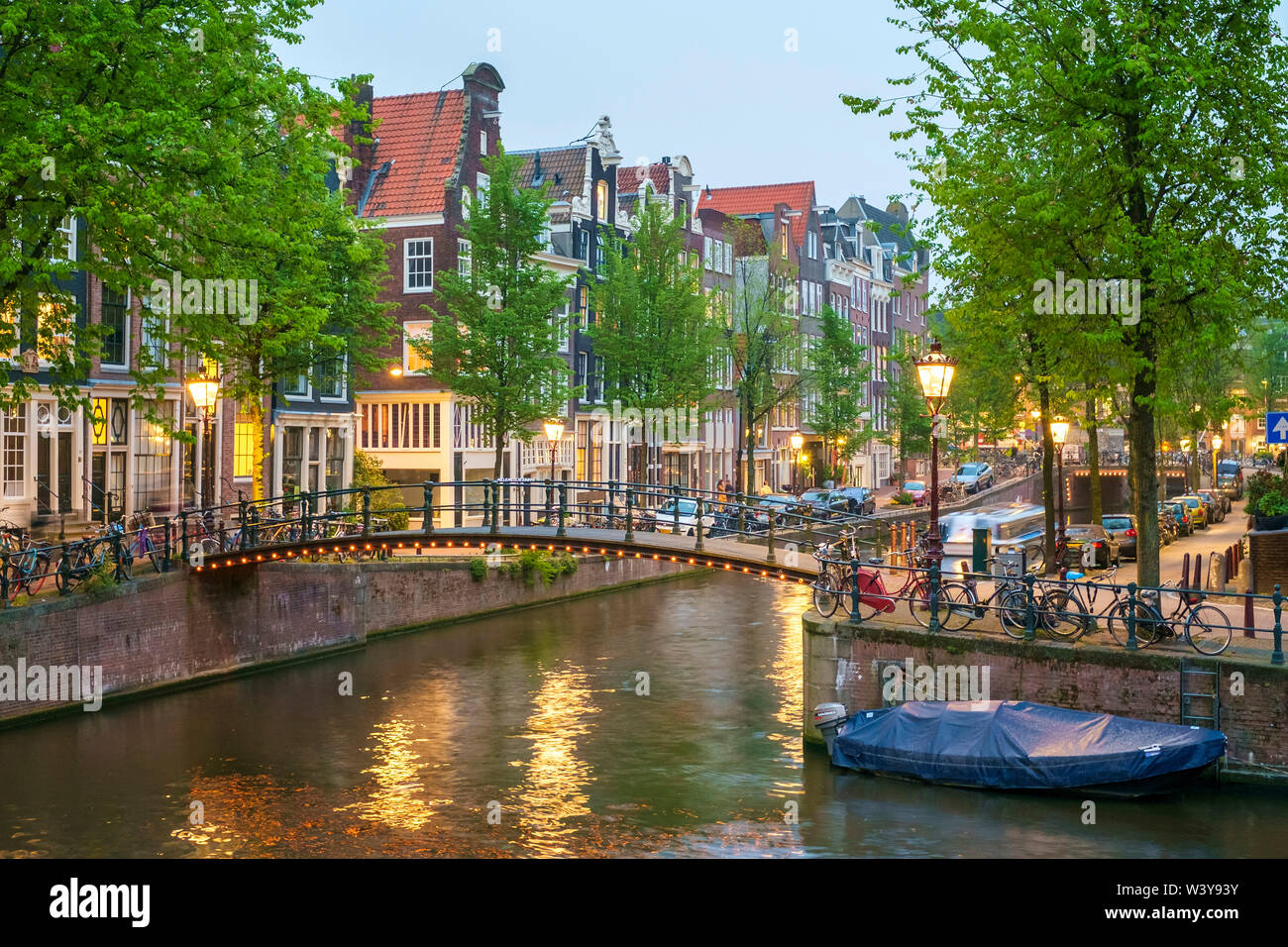 Bridge over Brouwersgracht in western Grachtengordel canal ring at dusk, Amsterdam, North Holland, Netherlands - Stock Image