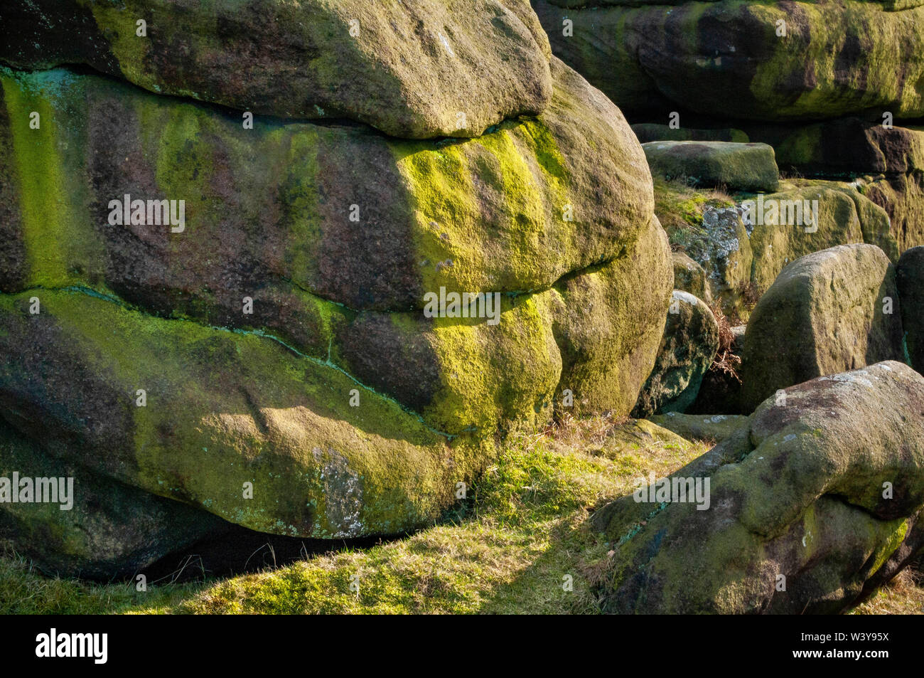 Close-up of a gritstone boulder with horizontal bedding at Gardom's Edge, near Baslow, Derbyshire Stock Photo