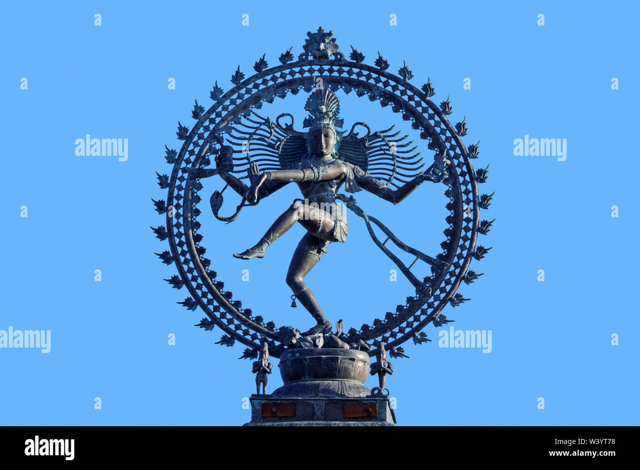 Nataraja, depiction of the Hindu god Shiva as the cosmic ecstatic dancer / Lord of the Dance against blue sky - Stock Image