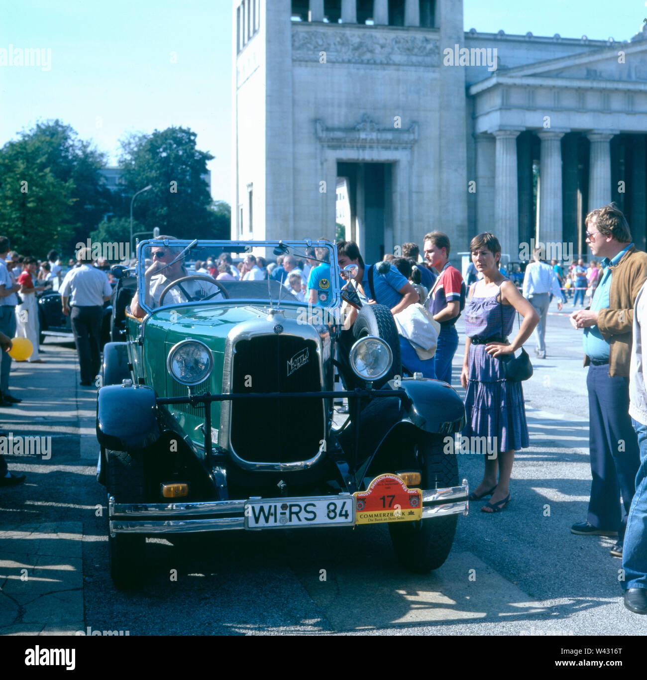 Ein Morris Bolley fährt durch München Ende der 1980er Jahre.  A Morris Bolley drives through Munich in the late 1980s. - Stock Image