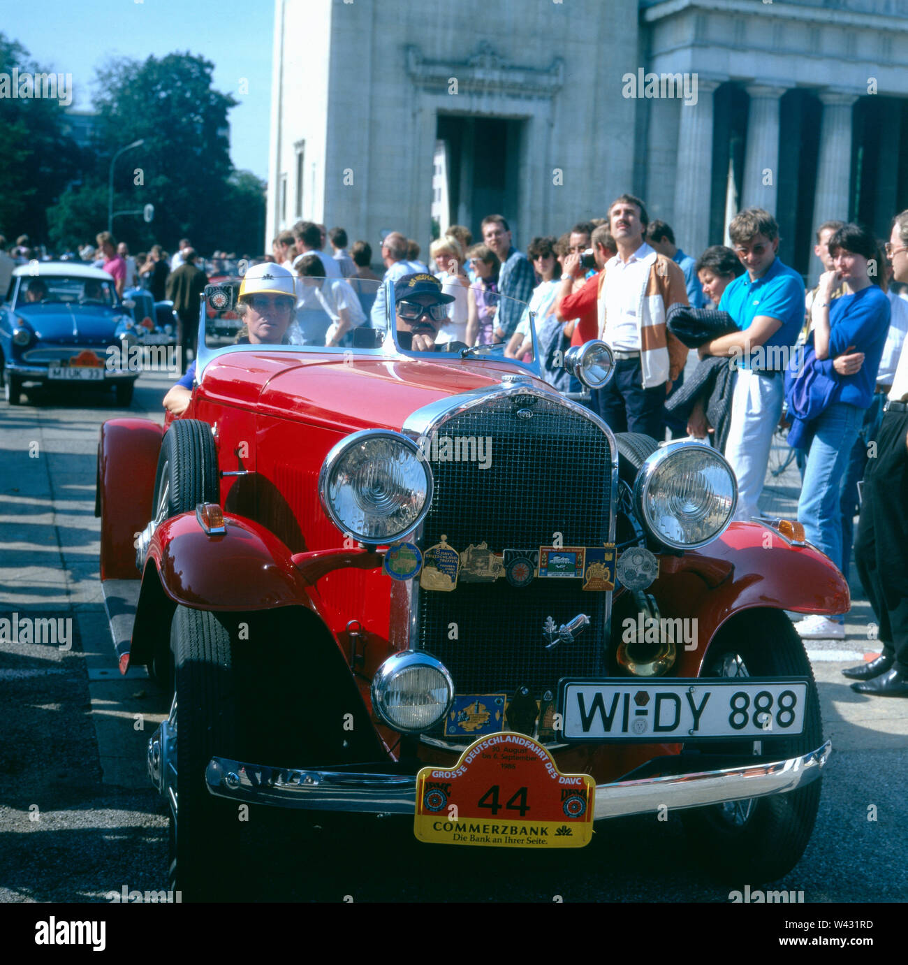 Ein Opel 1,8 Lt. fährt durch die Münchner Innenstadt im Zuge einer Oldtimershow Ende der 1980er Jahre. An Opel 1.8 Lt. drives through the center of Munich in the wake of a vintage car show in the late 1980s. - Stock Image