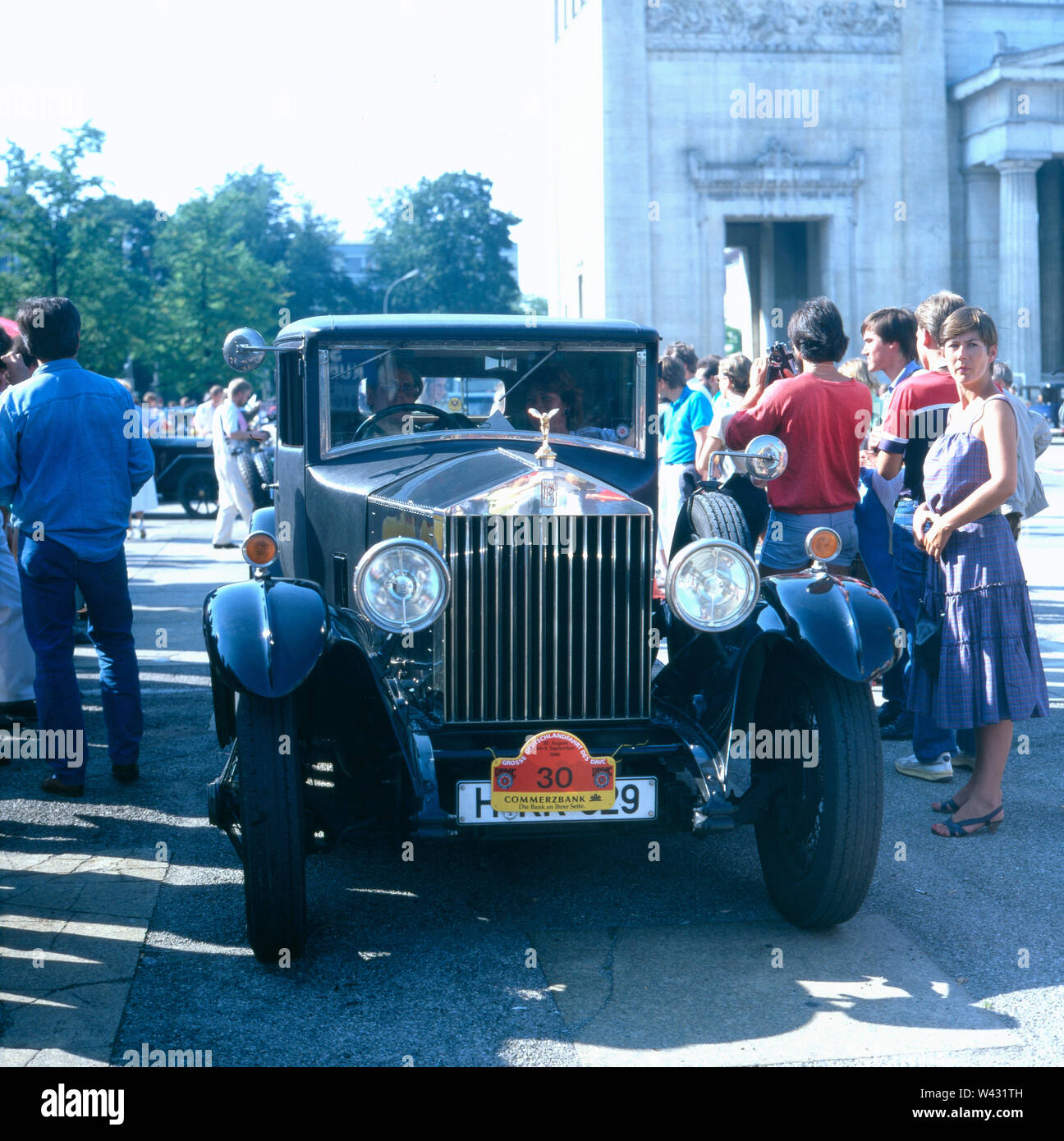Ein Rolls Royce 20 HP fährt während einer Oldtimershow durch das bayrische München Ende der 1980er Jahre. A Rolls Royce 20 HP drives during a classic car show through the Bavarian Munich in the late 1980s. - Stock Image