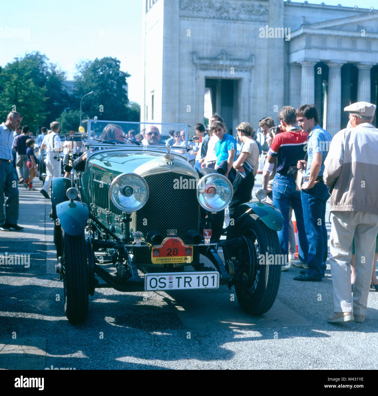 Ein Bentley 4,5 Lt. fährt durch die Münchner Innenstadt Ende der 1980er Jahre. A Bentley 4.5 Lt. drives through the center of Munich at the end of the 1980s. - Stock Image