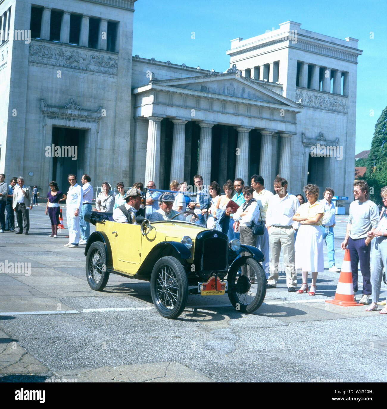 Ein Packard 833 Cabrio fährt während einer Oldtimershow in München Ende der 1980er Jahre an einigen bewundernden Zuschauern vorbei. A Packard 833 convertible drives past admiring spectators during a vintage car show in Munich in the late 1980s. - Stock Image