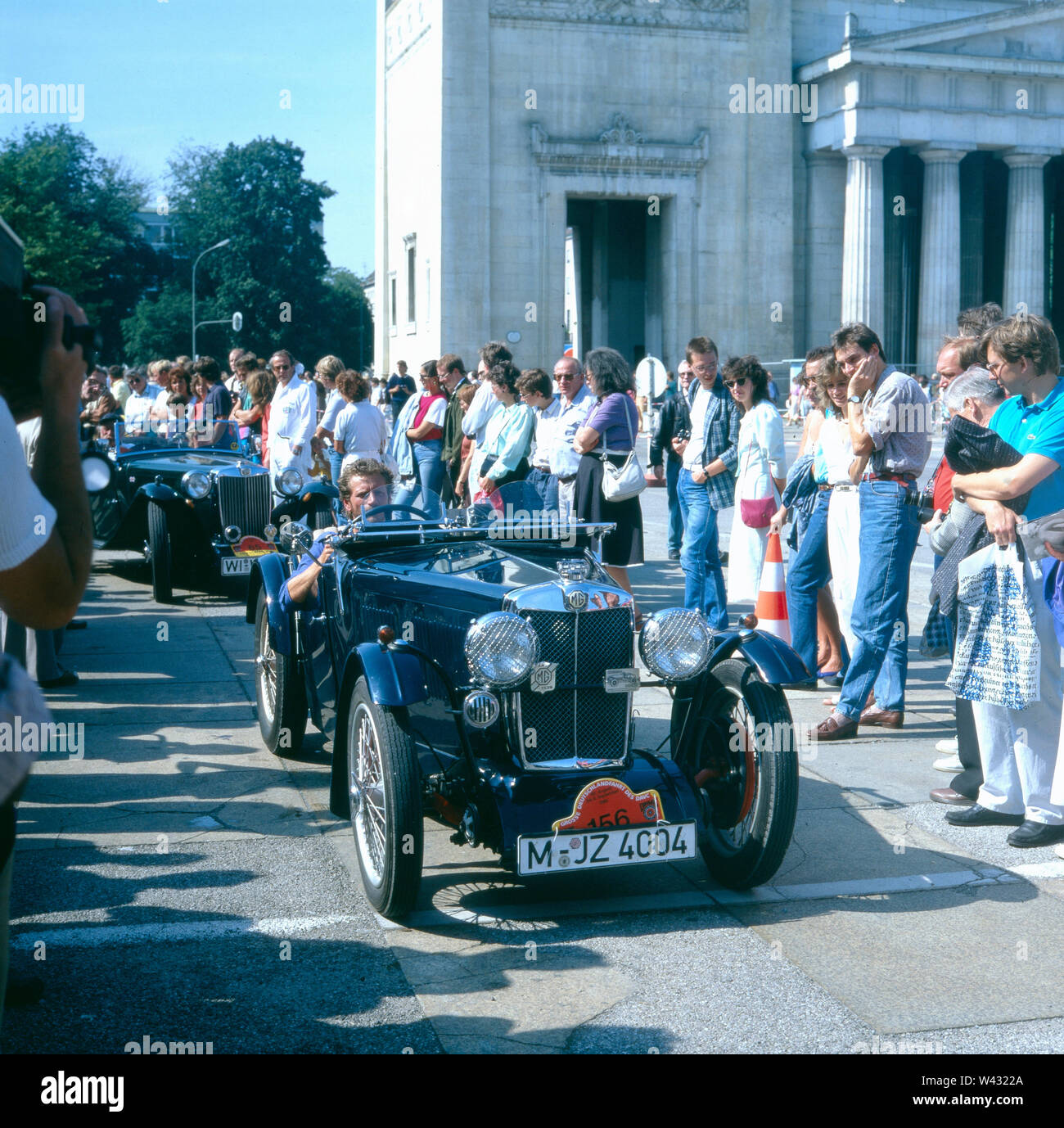 Ein MG Sport Cabrio fährt während einer Präsentation in München Ende der 1980er Jahre vor. An MG Sport Cabrio drives during a presentation in Munich in the late 1980s. - Stock Image