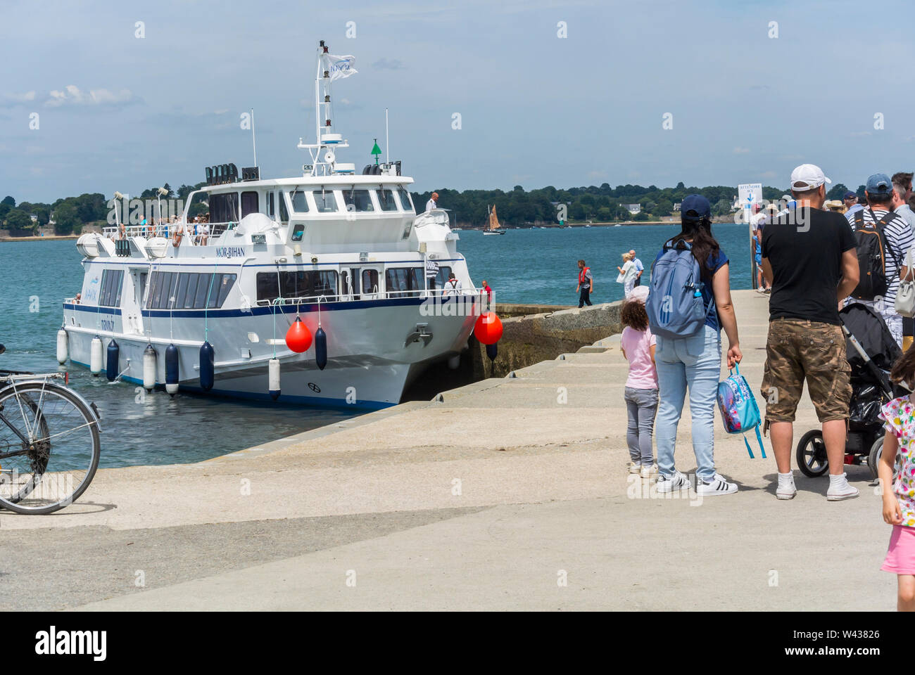 Vannes, FRANCE, Group Tourists Waiting Ferry Boat from Ile d'Arz, in Golfe de Morbihan, Tourists Visiting, SUmmer Vacation - Stock Image