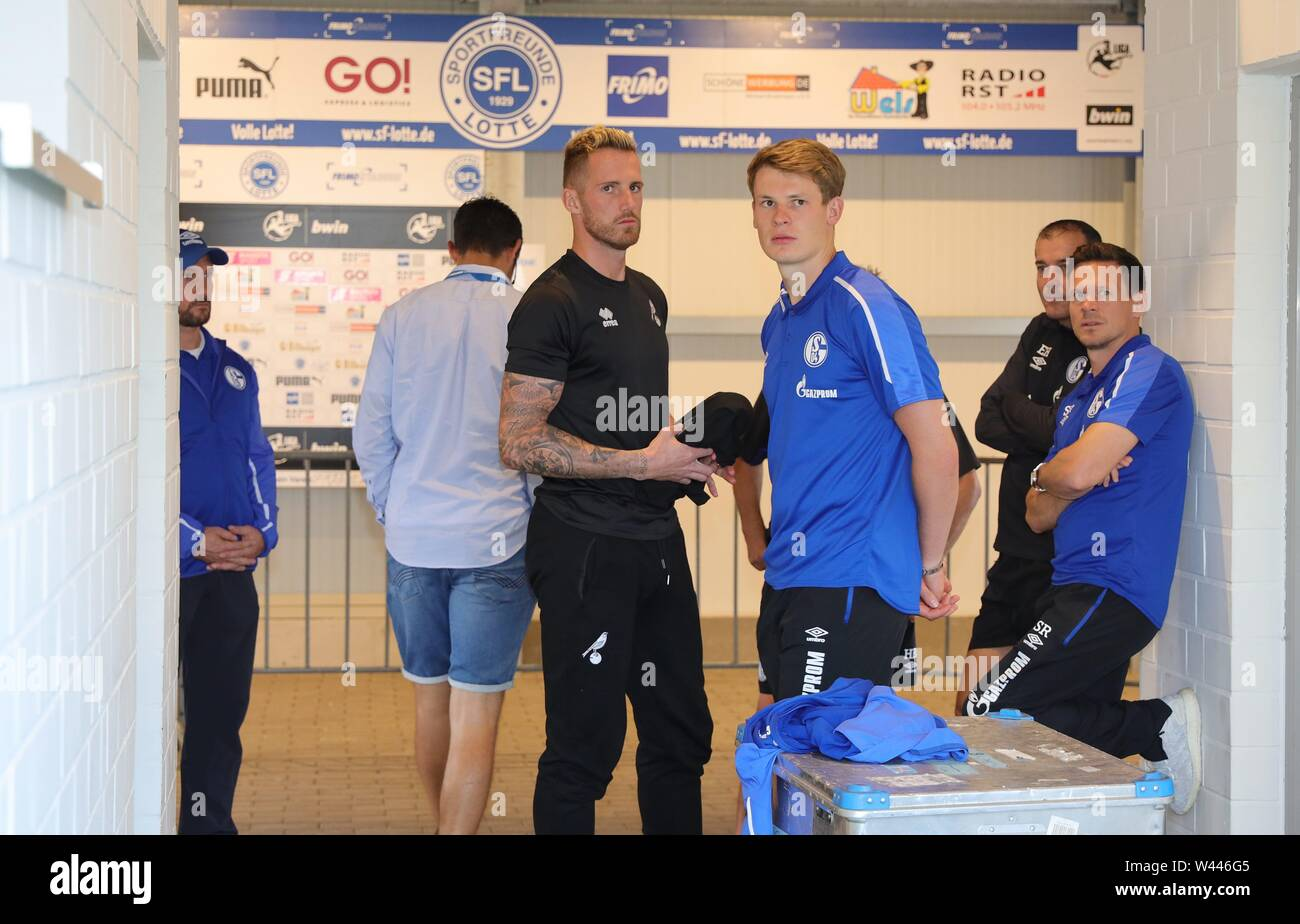 Lotte, Deutschland. 19th July, 2019. firo: 19.07.2019, football, 1.Bundesliga, season 2019/2020, friendly match, FC Schalke 04 - Norwich City Alexander NUBEL, Schalke on the right and Ralf FAHRMANN, Norwich before the kick-off in the catacombs | usage worldwide Credit: dpa/Alamy Live News - Stock Image