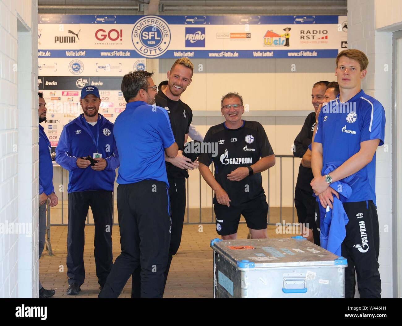 Lotte, Deutschland. 19th July, 2019. firo: 19.07.2019, football, 1.Bundesliga, season 2019/2020, friendly match, FC Schalke 04 - Norwich City Alexander NUBEL, Schalke right and Ralf FAHRMANN, Norwich with coach David WAGNER, Schalke, before the kick-off in the catacombs | usage worldwide Credit: dpa/Alamy Live News - Stock Image