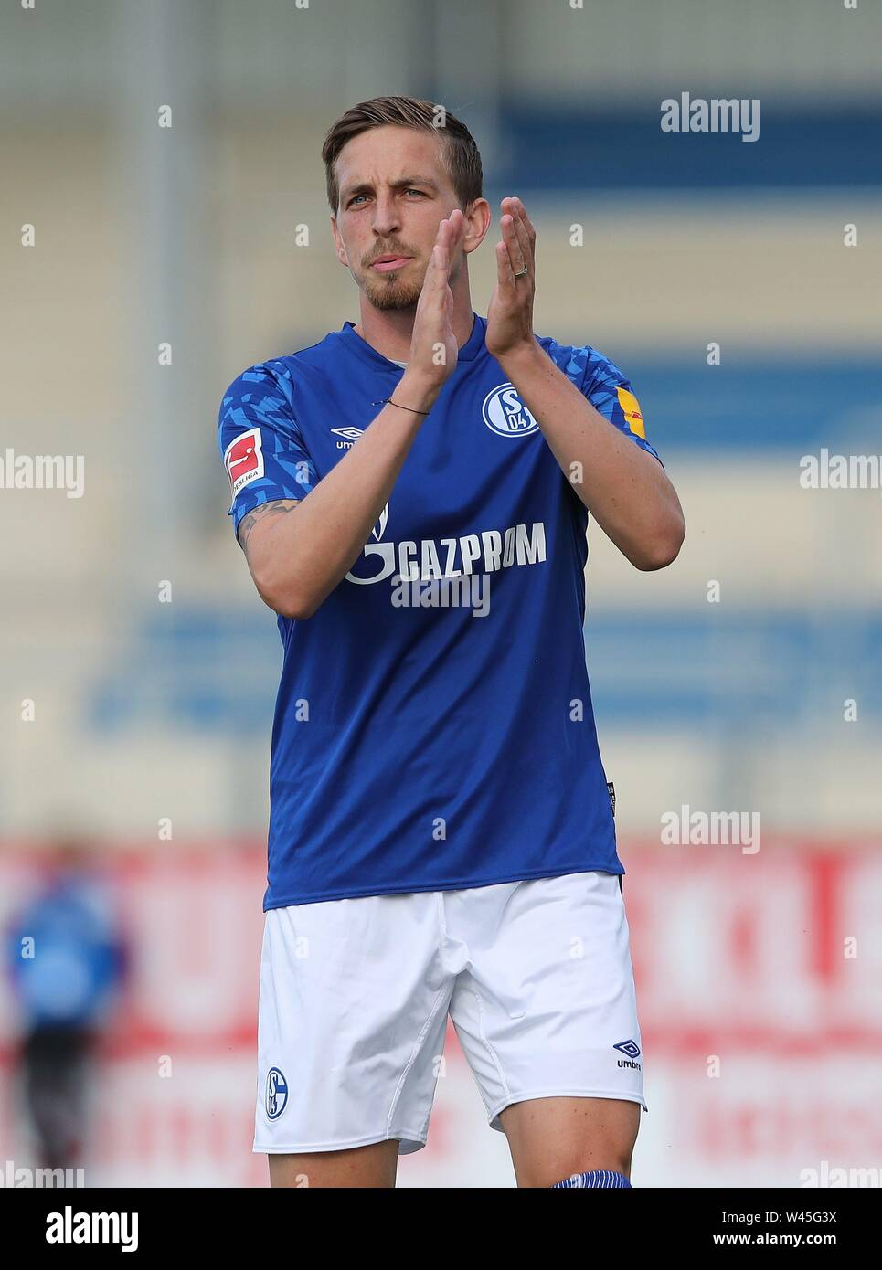 Lotte, Deutschland. 19th July, 2019. firo: 19.07.2019, football, 1.Bundesliga, season 2019/2020, friendly match, FC Schalke 04 - Norwich City Bastian OCZIPKA, Schalke, applause | usage worldwide Credit: dpa/Alamy Live News - Stock Image