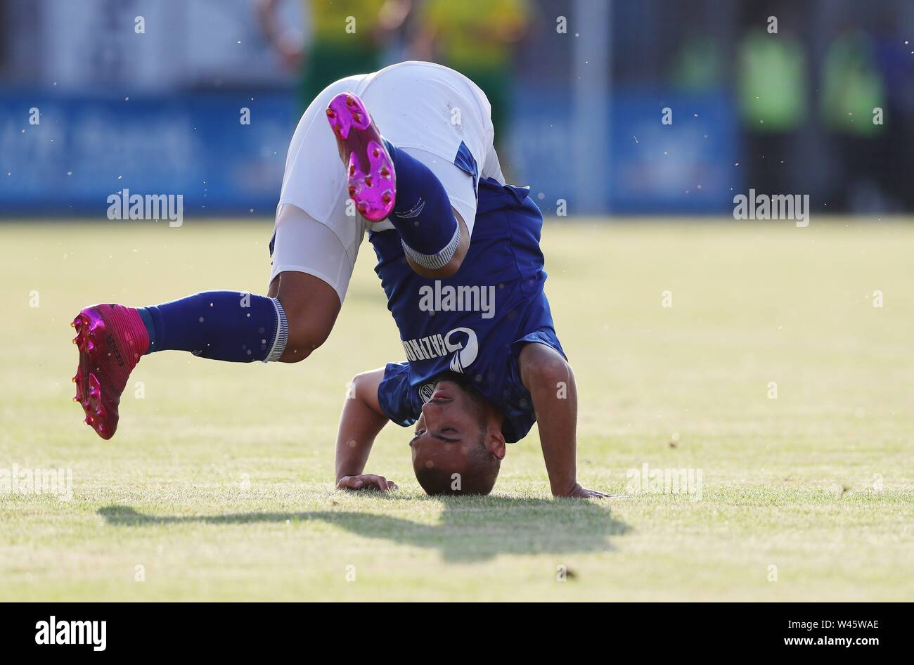Lotte, Deutschland. 19th July, 2019. firo: 19.07.2019, football, 1.Bundesliga, season 2019/2020, friendly match, FC Schalke 04 - Norwich City Ahmed KUTUCU, Schalke, headstand, humor, funny, funny | usage worldwide Credit: dpa/Alamy Live News - Stock Image