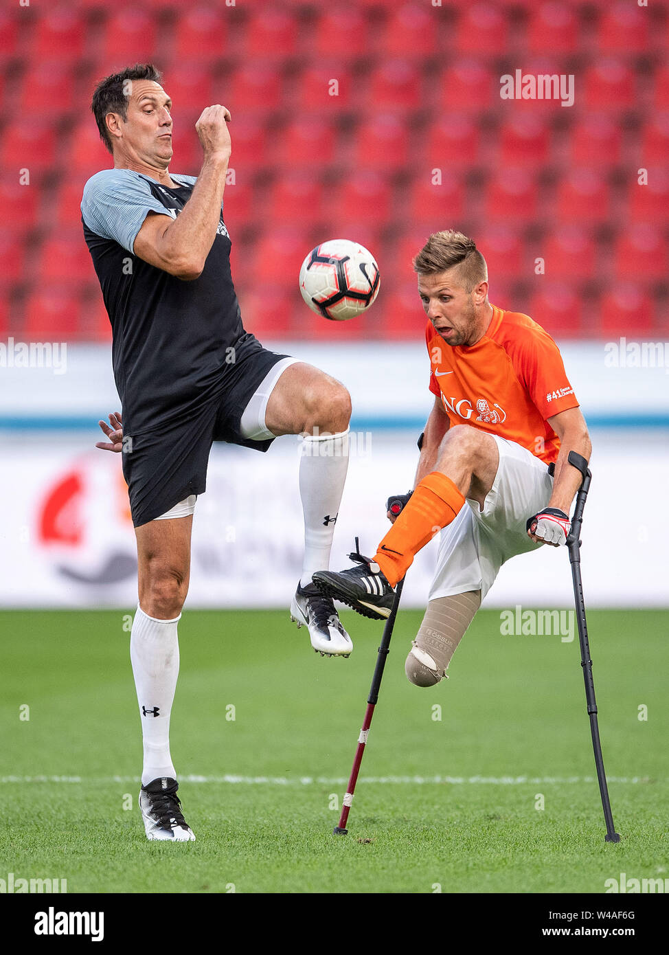 Leverkusen, Germany. 21st July, 2019. Soccer: Benefit soccer game 'Champions for Charity' in the BayArena. Seat volleyball player Christian Heintz (r) and basketball trainer Hansi Gnad fight for the ball. Credit: Marius Becker/dpa/Alamy Live News - Stock Image