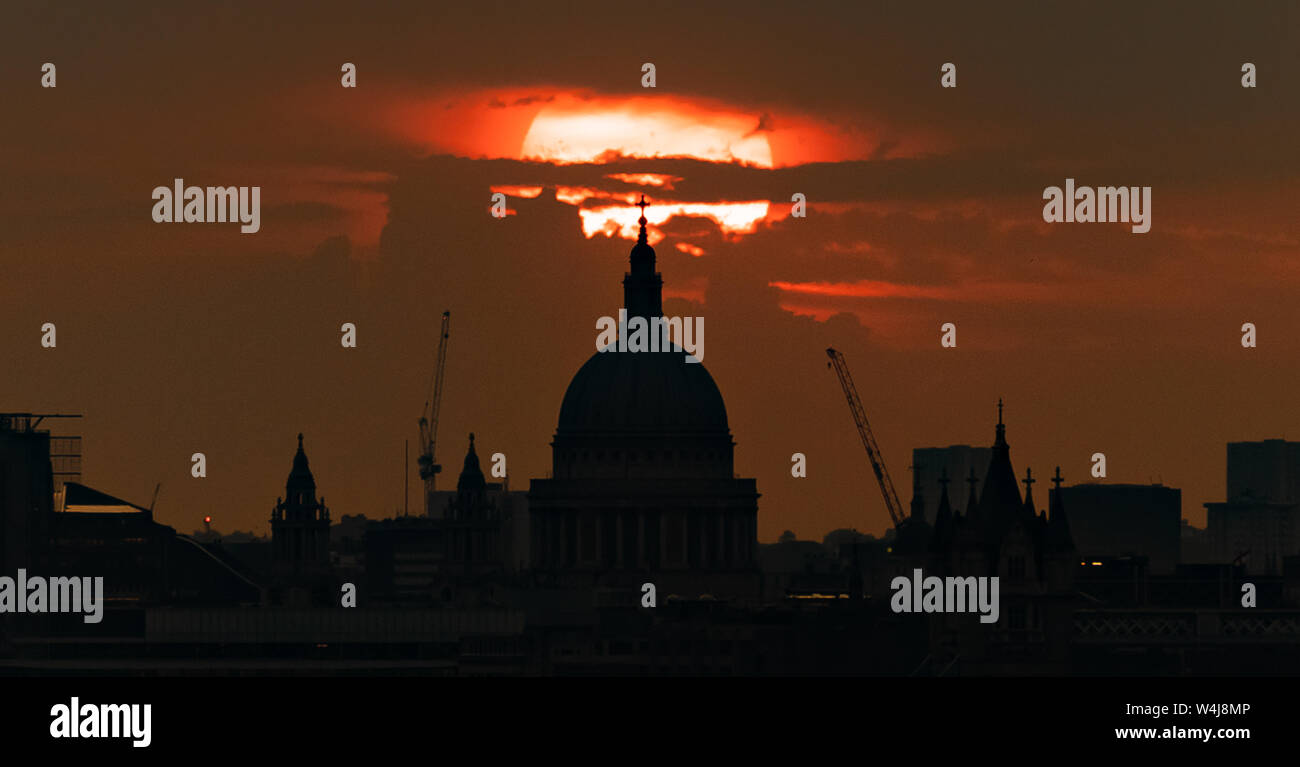 London, UK. 23rd July, 2019. UK Weather: Evening sunset over St. Paul's Cathedral with city temperatures potentially reaching 37C – a July record – by the end of the week. Credit: Guy Corbishley/Alamy Live News Stock Photo