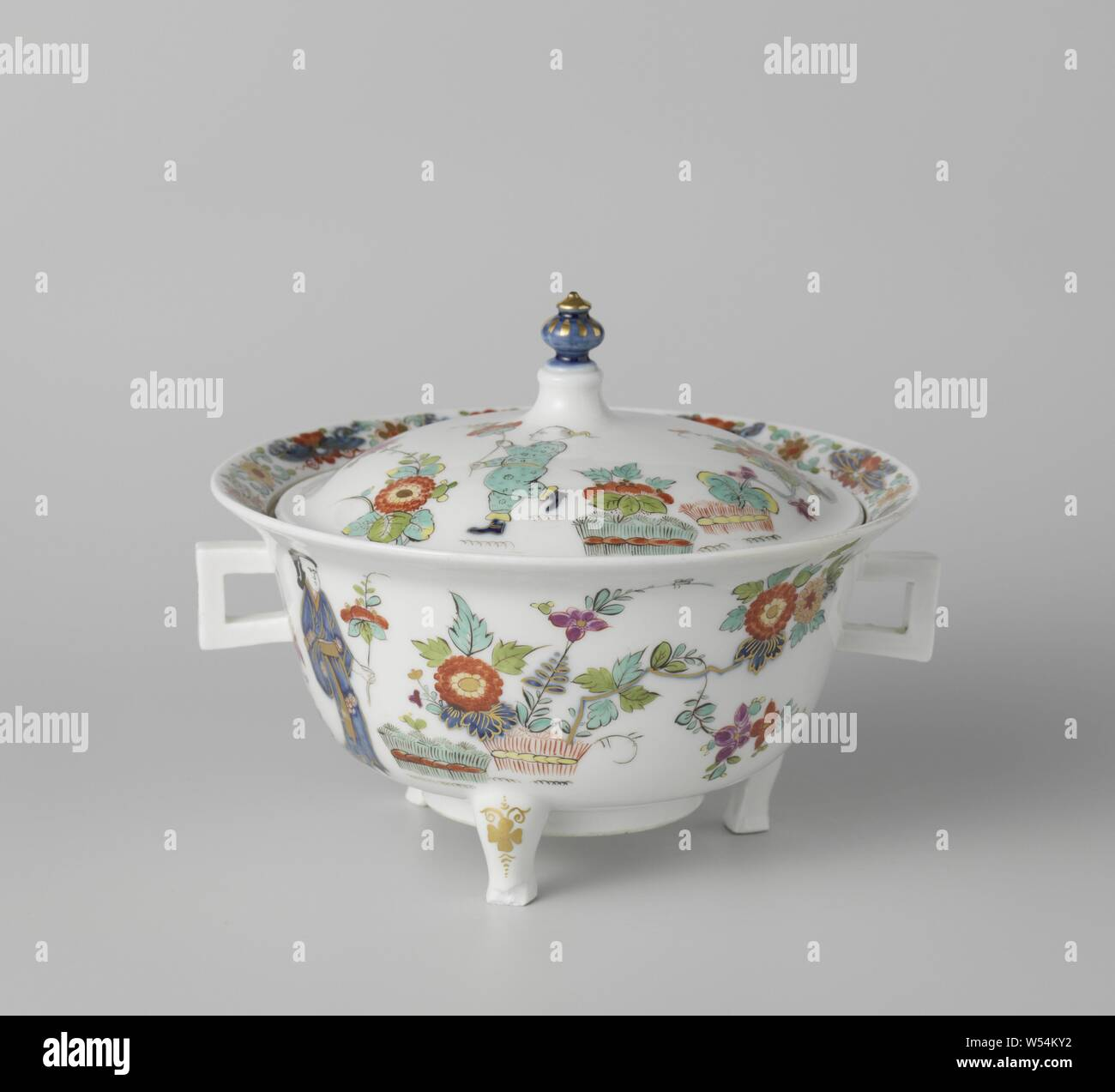 Terrine, multicolored painted with a decor after Japanese example, Terrine of painted porcelain. The round terrine stands on three legs and has two square ears. The lid has a gold-plated button. The terrine is painted on both sides with a Chinese lady with a flower branch in hand and with bound hedges and plants. The terrine is not marked., Meissener Porzellan Manufaktur, Meissen, c. 1725 - c. 1730, porcelain (material), h 9.5 cm w 18.2 cm × d 17.5 cm Stock Photo