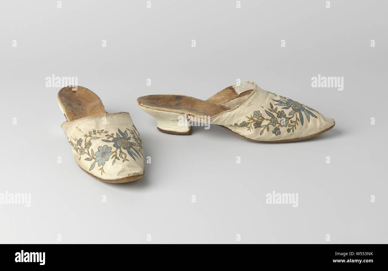 Mules made from batik cotton, with Viennese heel, three-quarters covered with white glaze, Mules made from batik cotton. Front piece of white cotton with batik in blue, flowers with outlines in black. Sole of brown suede sole, equal left and right, slim and with rounded nose. Three-quarter heel with white glacé covered, S-shaped back line and a straight front, Viennese heel., anonymous, India (possibly), c. 1775 - c. 1800, geheel, zool, voering, l 24 cm × w 7 cm × h 5 cm Stock Photo