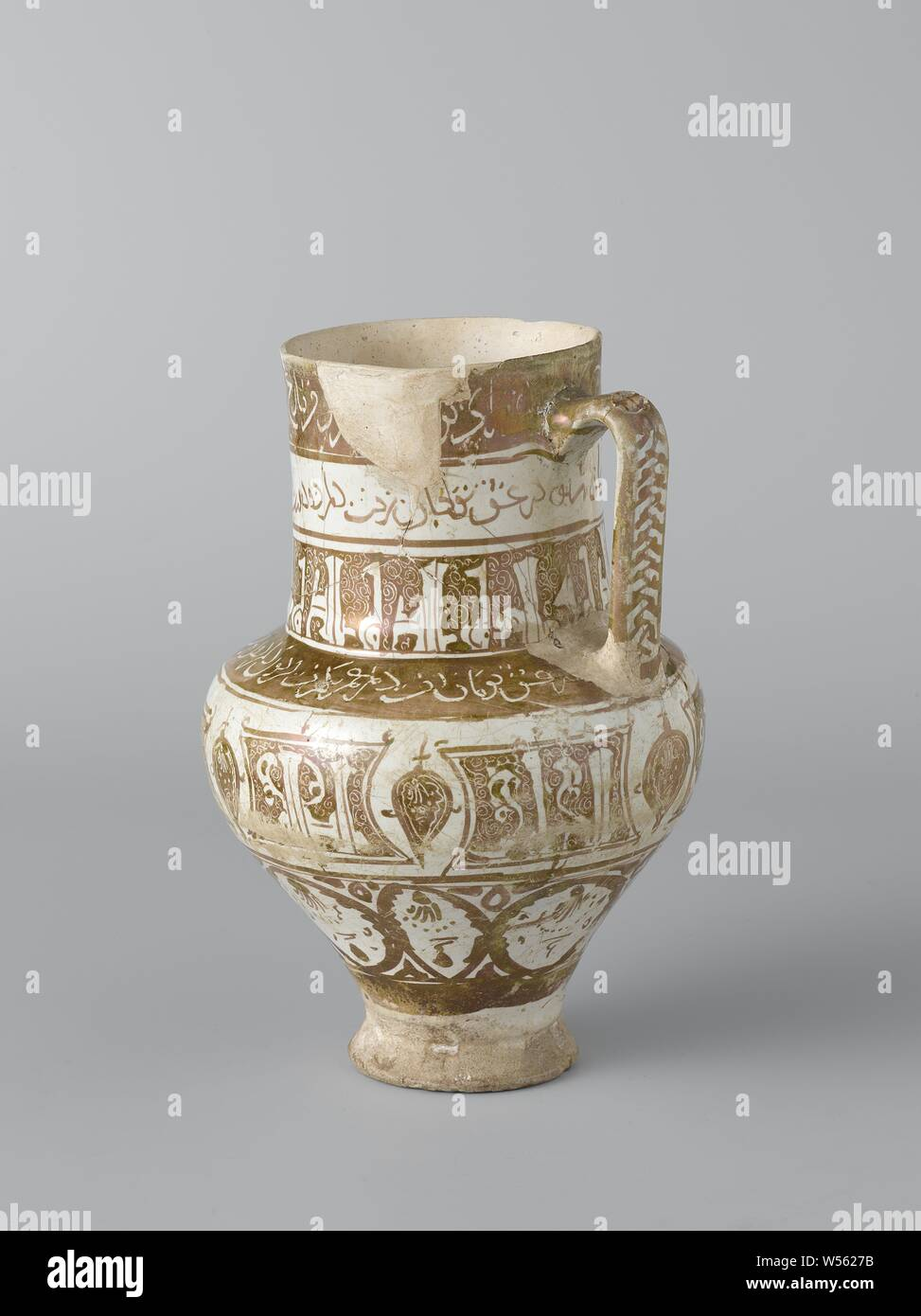 Ewer with borders with an inscription, Can of quartz fryer decorated with bands with inscription in luster and engraved in luster on a surface of opaque white tin-lead-alkaline glaze., anonymous, Kashan, c. 1200 - c. 1220, earthenware, glaze, luster (textile), vitrification, h 22.5 cm d 16 cm Stock Photo