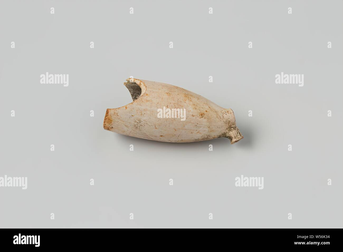 Fragment of a pipe bowl from the wreck of the East Indiamen Hollandia, 1 pipe bowl, Annet, Dutch East India Company, Hollandia (ship), anonymous, Netherlands, 1700 - in or before 13-Aug-1743, pipe clay, l 5 cm × d 2.1 cm Stock Photo