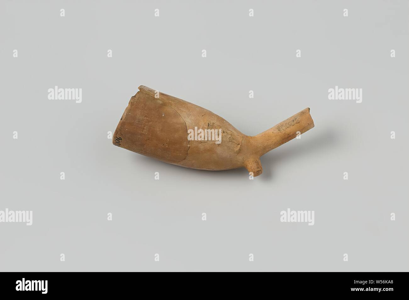 Fragment of a pipe bowl with a piece of stem from the wreck of the East Indiamen Hollandia, Pipe, bowl, bowlmark: sentry, fragm, 2hsm1. Glued, Annet, Dutch East India Company, Hollandia (ship), anonymous, Netherlands, 1700 - in or before 13-Aug-1743, pipe clay, l 6.1 cm × d 2.5 cm Stock Photo