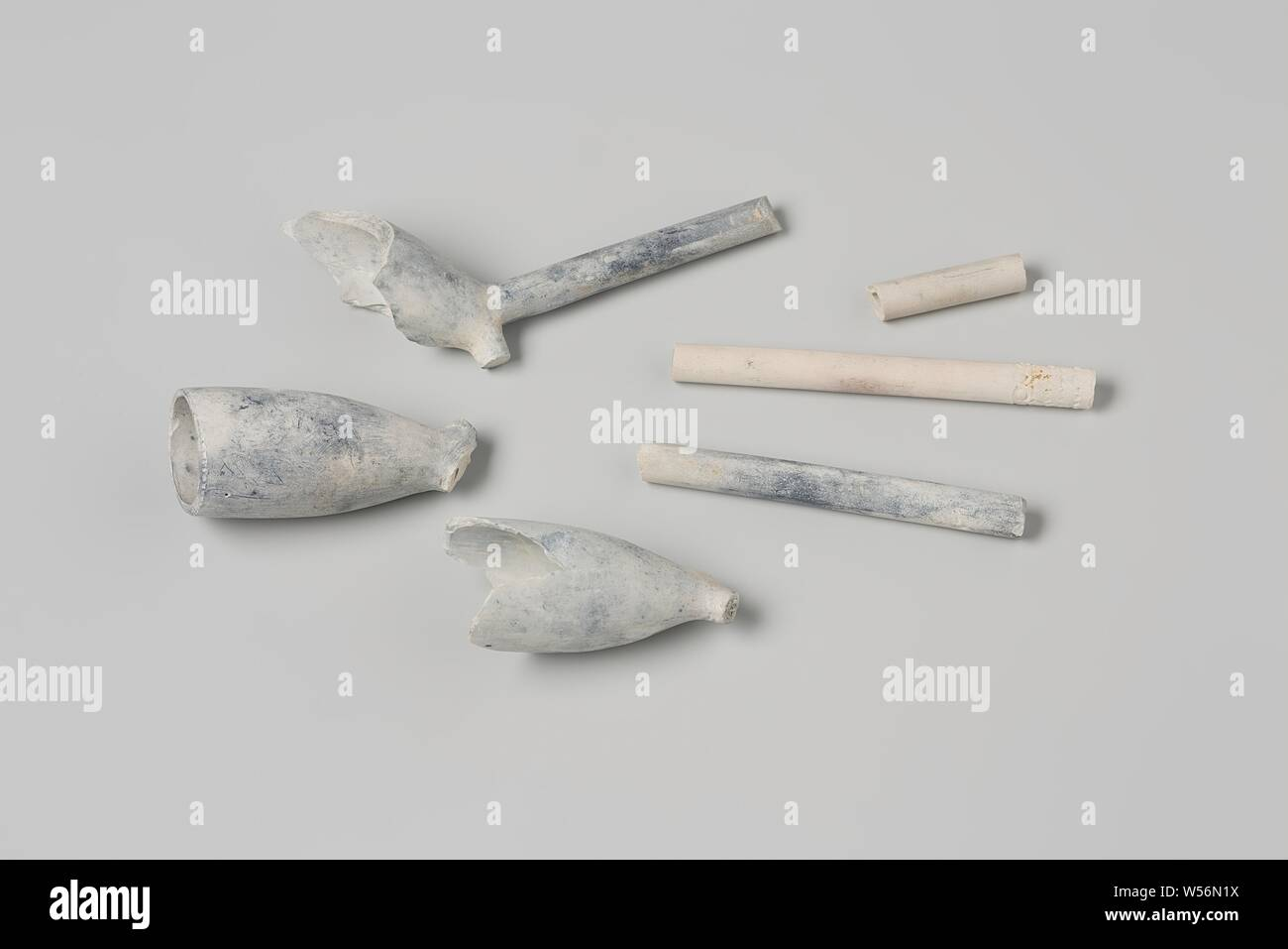 Fragments of pipe heads and pipe stalks from the wreck of the East Indies vessel 't Vliegend Hart, Three heads of earthen Gouda pipes: two WS crowned crown (one of which broken) and one broken heel mark crowned '41.' Three pieces of stem, one decorated. Fragments of bowls and stems, Dutch East India Company, 't Vliegend Hart (ship), WS, Gouda, 1720 - 2-Mar-1735, pipe clay, l 7.3 cm × w 1.8 cm × d 3.7 cm × l 2.6 cm × d 0.6 cm Stock Photo